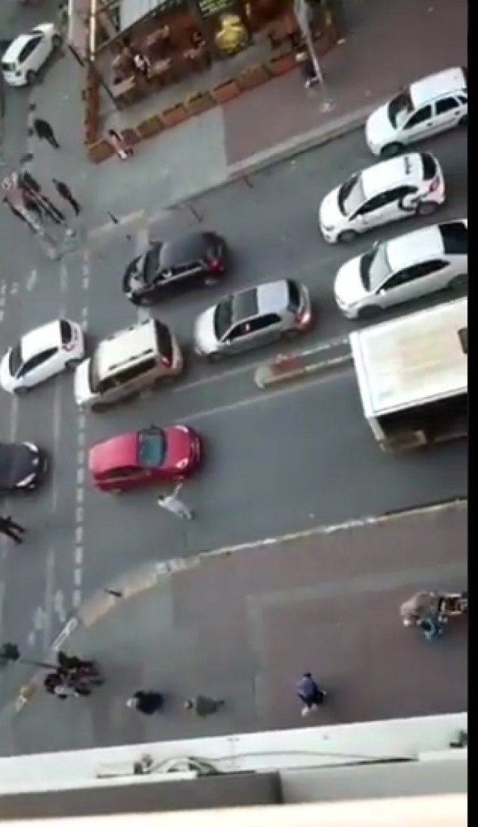 İstanbul Sultangazi de bozulan İETT trafiği kilitledi #2