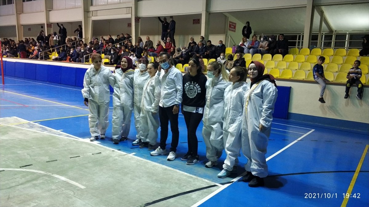 Kastamonu'da sağlıkçılar voleybol maçına filyasyon kıyafeti ve maske ile çıktılar