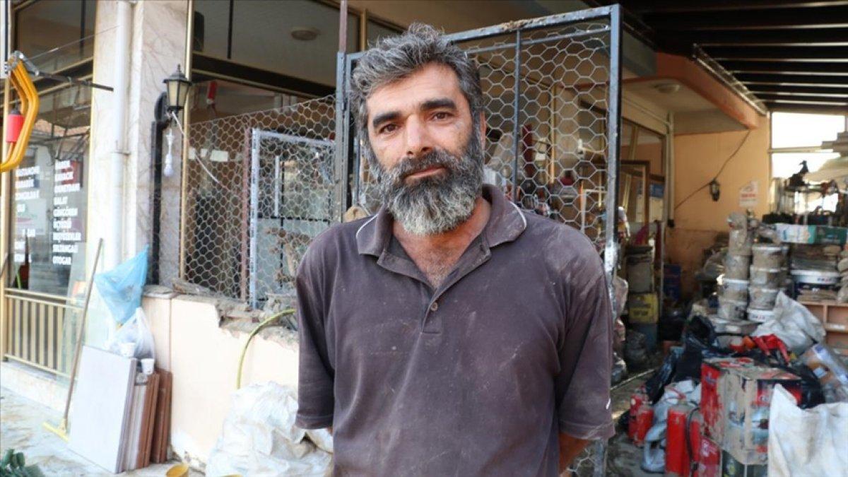 Kastamonu'da selden çamur olan malzemelerini tek tek yıkıyor