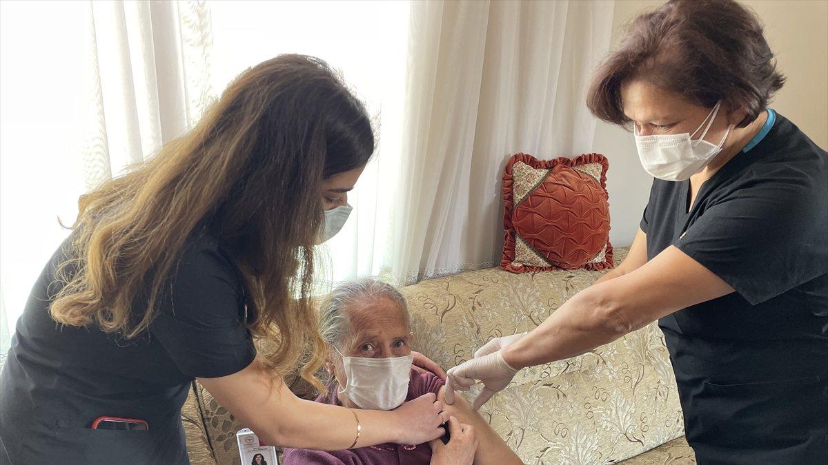 Maltepe'de, 65 yaş üzeri vatandaşlar evlerinde aşılandı