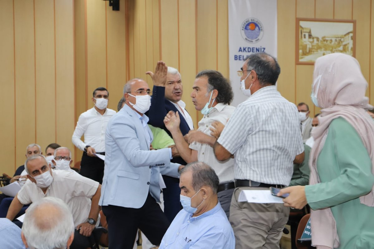 Mersin de HDP li meclis üyesi, belediye başkanının üzerine yürüdü #1
