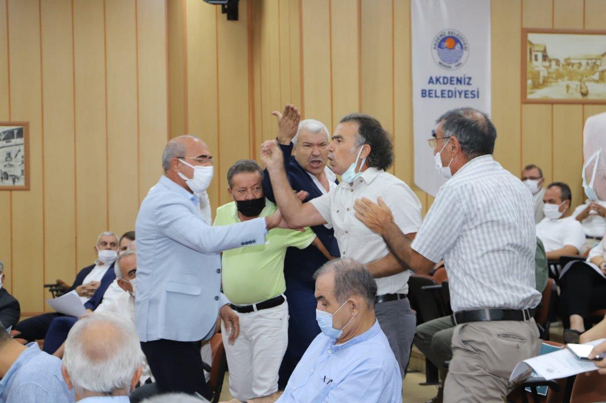 Mersin de HDP li meclis üyesi, belediye başkanının üzerine yürüdü #2