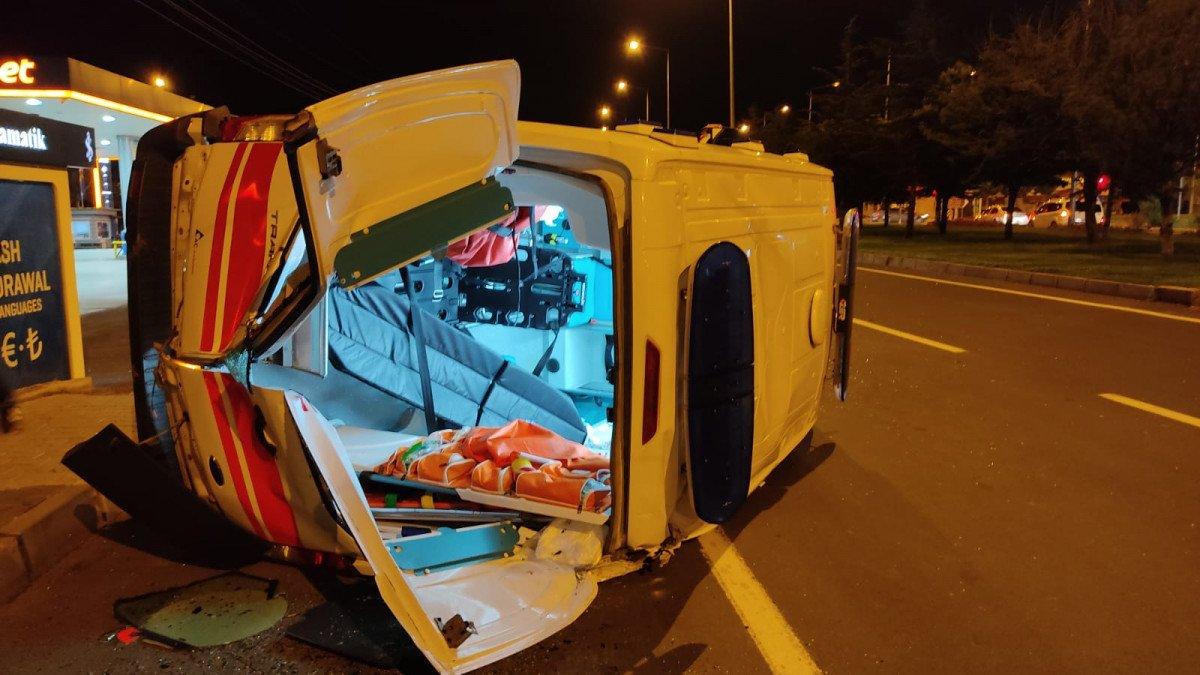 Nevşehir de yaralı taşıyan ambulans otomobil ile çarpıştı #1