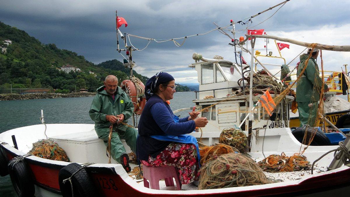 Ordu'da eşlerine yardım eden kadın balıkçılar