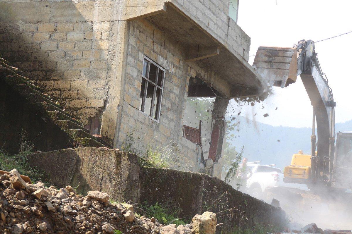 Rize'de heyelan riski altındaki yapıların yıkımı başladı #1