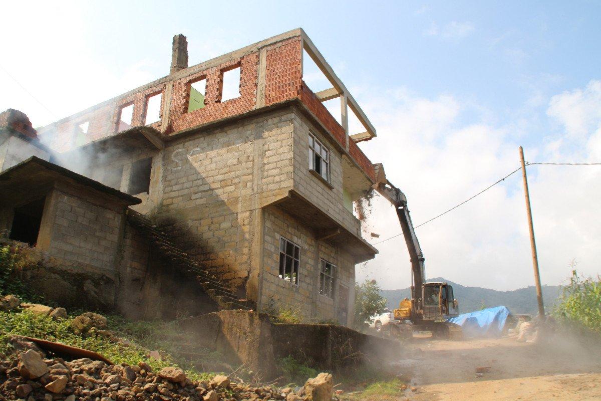 Rize'de heyelan riski altındaki yapıların yıkımı başladı #2