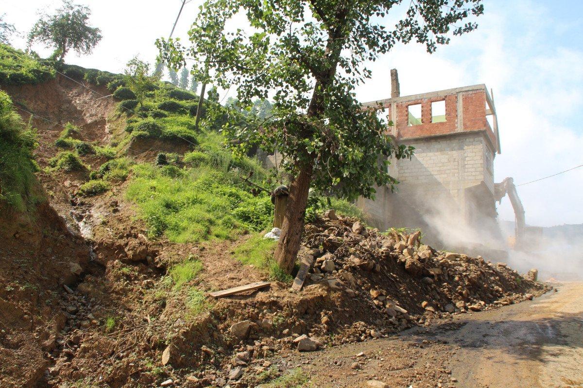 Rize'de heyelan riski altındaki yapıların yıkımı başladı #4