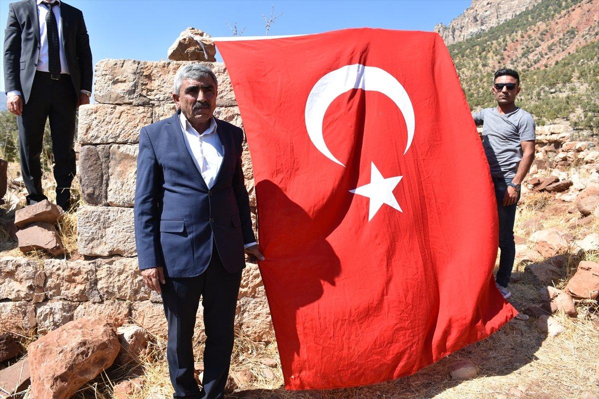 Şırnak'ta, PKK'nın 12 kişiyi katlettiği eve Türk bayrağı asıldı #2
