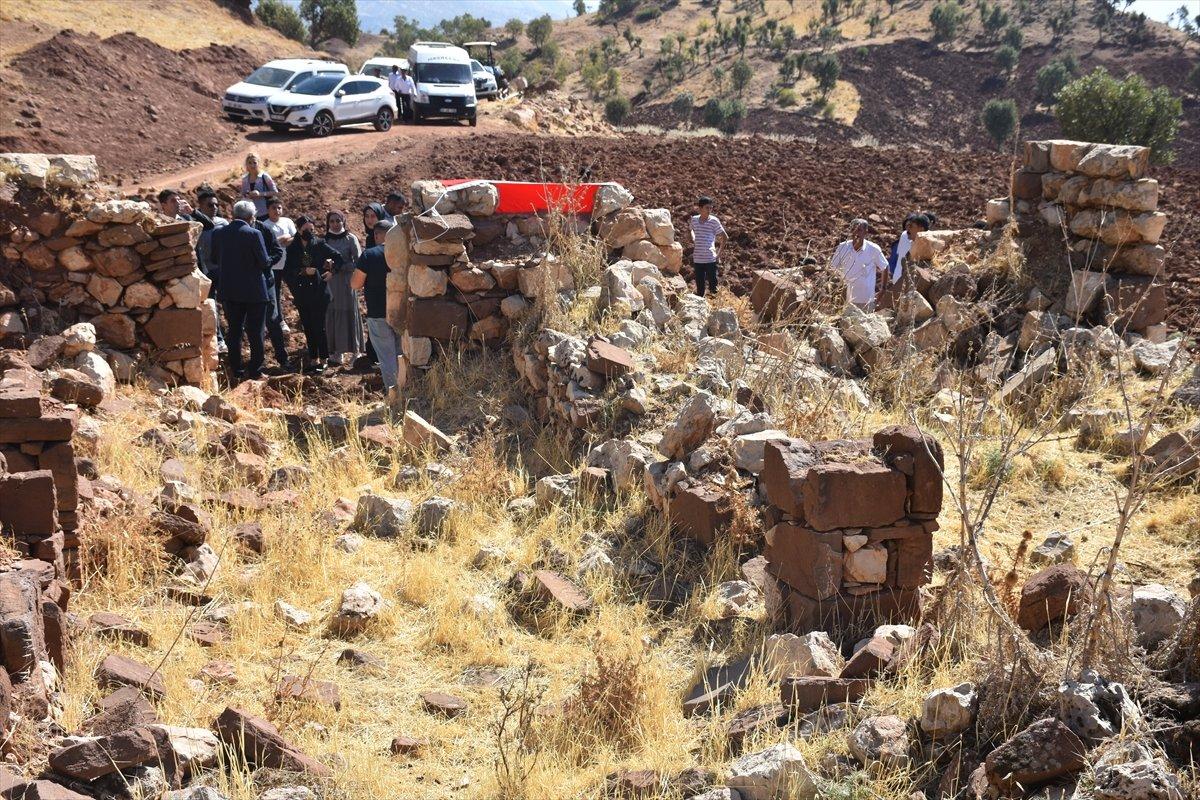 Şırnak'ta, PKK'nın 12 kişiyi katlettiği eve Türk bayrağı asıldı #4