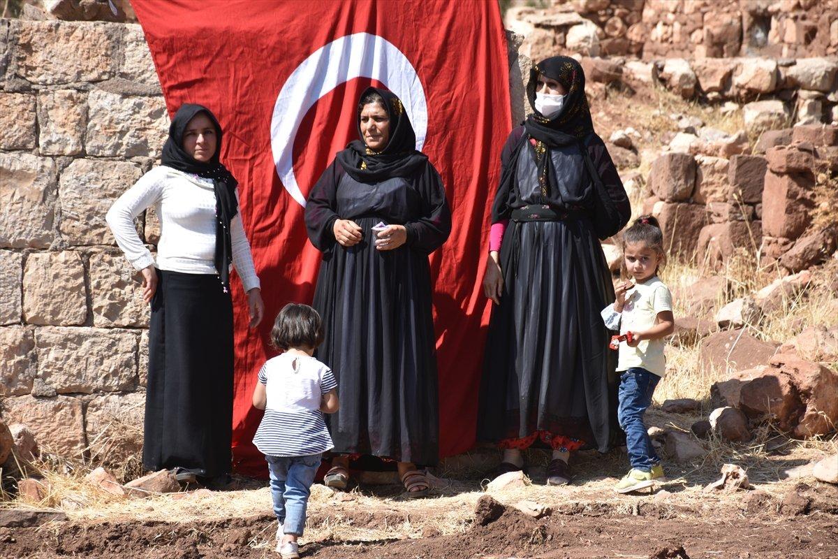 Şırnak'ta, PKK'nın 12 kişiyi katlettiği eve Türk bayrağı asıldı #7