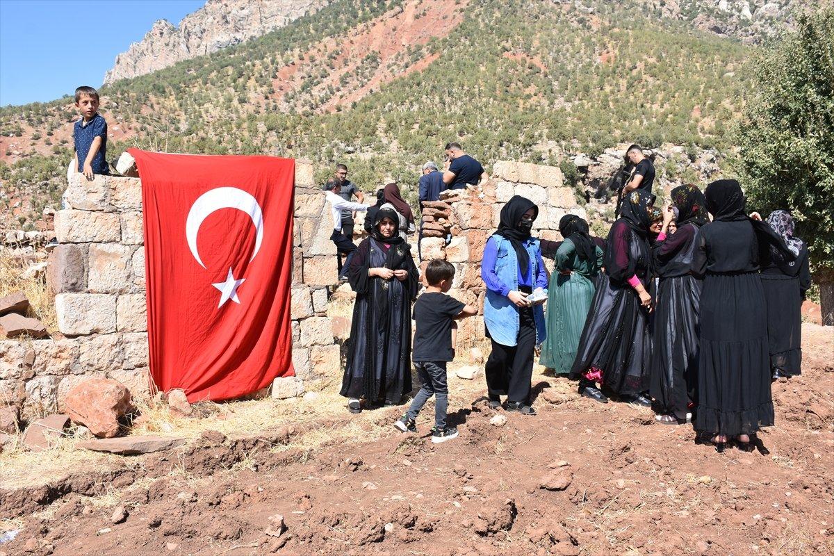 Şırnak'ta, PKK'nın 12 kişiyi katlettiği eve Türk bayrağı asıldı #9