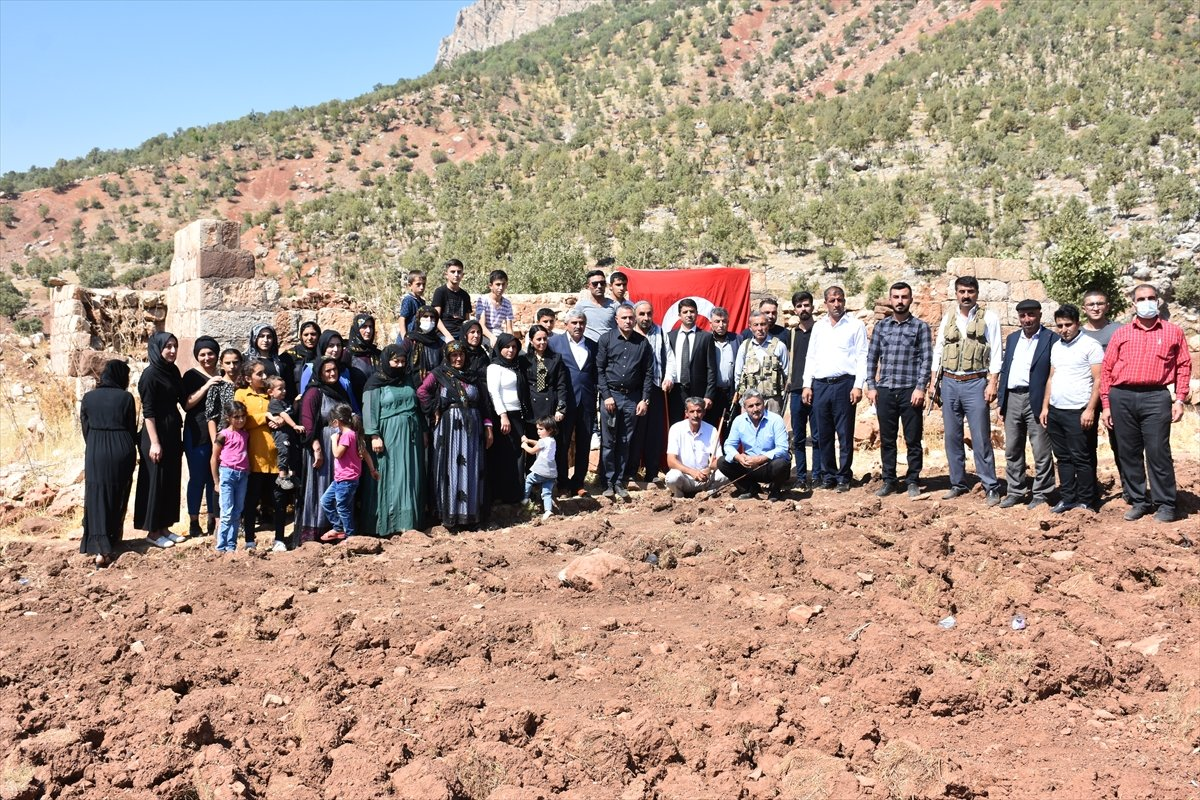 Şırnak'ta, PKK'nın 12 kişiyi katlettiği eve Türk bayrağı asıldı #12