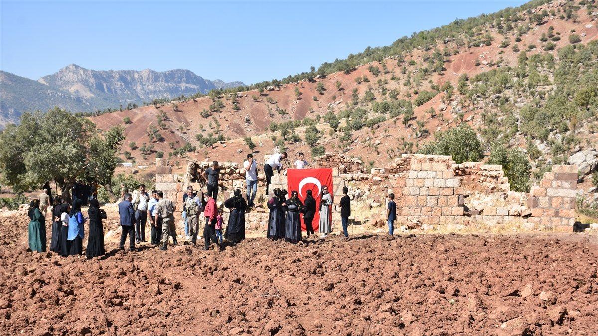 Şırnak'ta, PKK'nın 12 kişiyi katlettiği eve Türk bayrağı asıldı