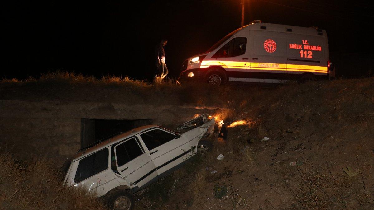 Sivas'ta yoldan çıkan araç menfeze uçtu: 3 yaralı