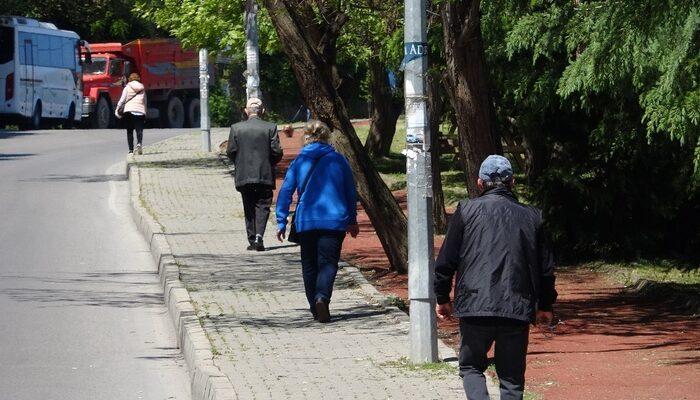 65 yaş üstü vatandaşlar sokağa çıktı, güzel havanın tadını çıkarttı