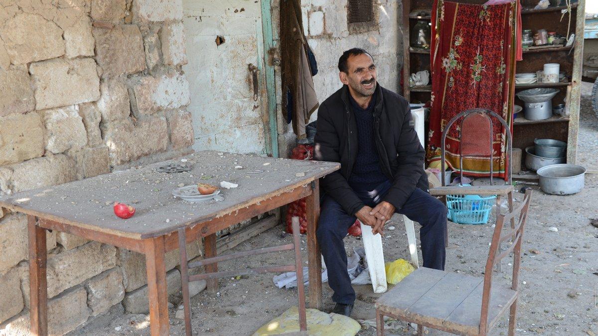 Azerbaycan'da cephe hattındaki köyde tek başına yaşıyor