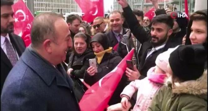 Bakan Çavuşoğlu, Berlin'de vatandaşlarla sohbet etti