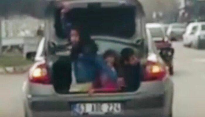 Çocukların otomobil bagajında tehlikeli yolculuğu kameraya yansıdı
