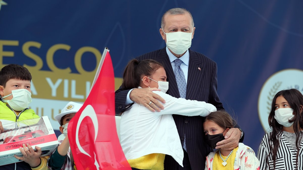 Cumhurbaşkanı Erdoğan'a çocuklardan yoğun ilgi