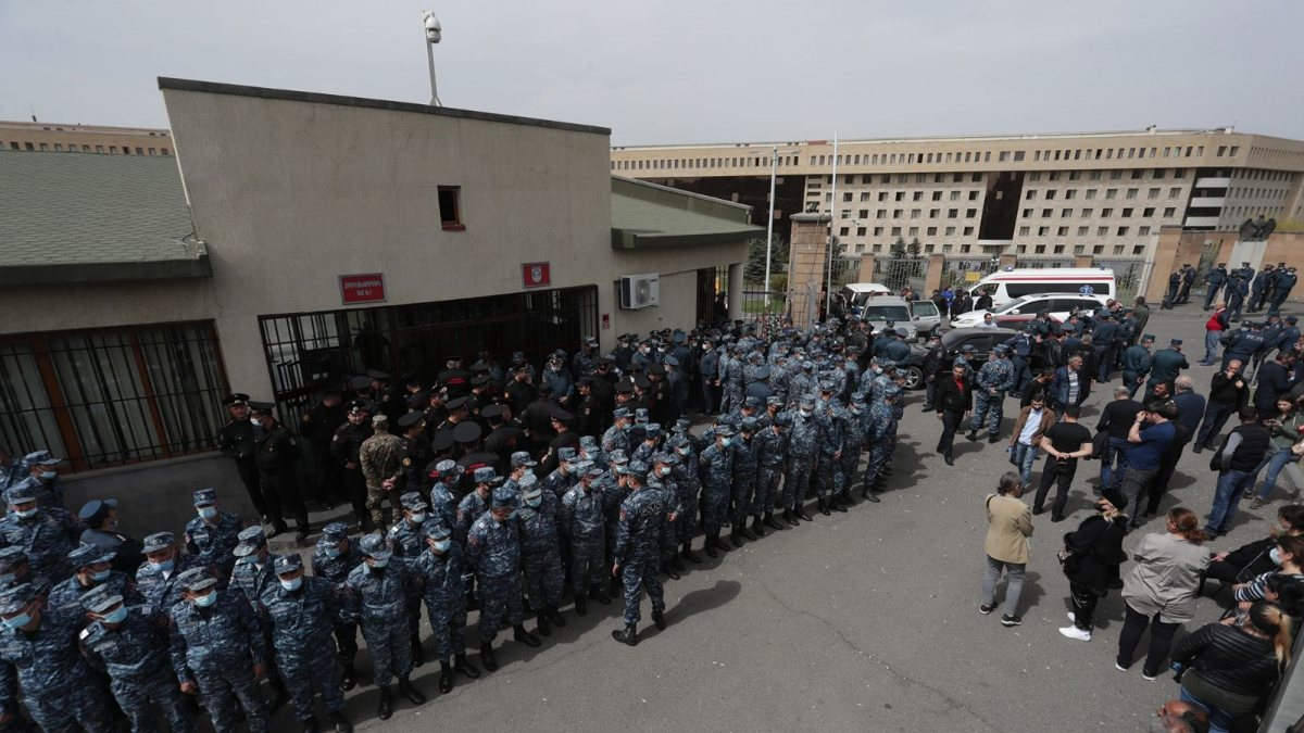 Ermenistan'da asker yakınlarından protesto