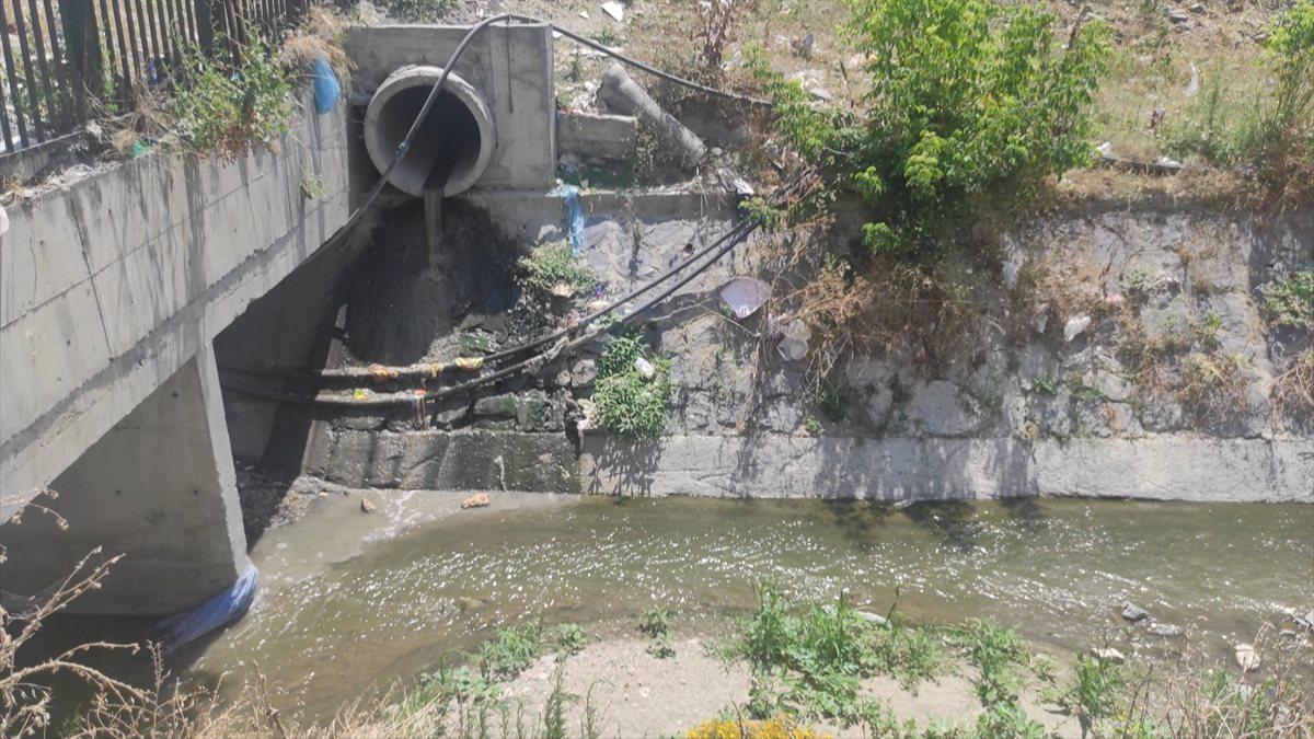 Esenyurt'ta dereye akan kirli sular ile atıklar mahalleliyi isyan ettirdi