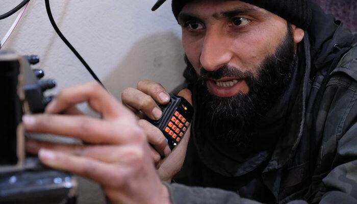 İdlib'de telsiz dinliyor, insanları bombardımana karşı uyarıyor