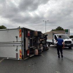 İstanbulda kamyonet devrildi: 2 yaralı