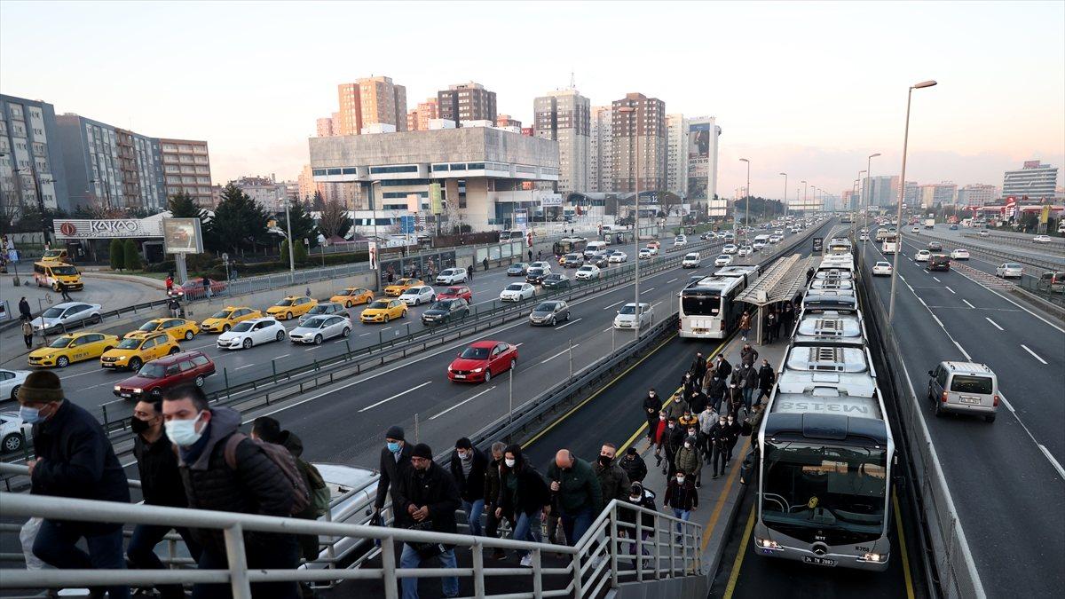 İstanbul'da kısıtlamanın bitmesiyle trafik yoğunluğu başladı