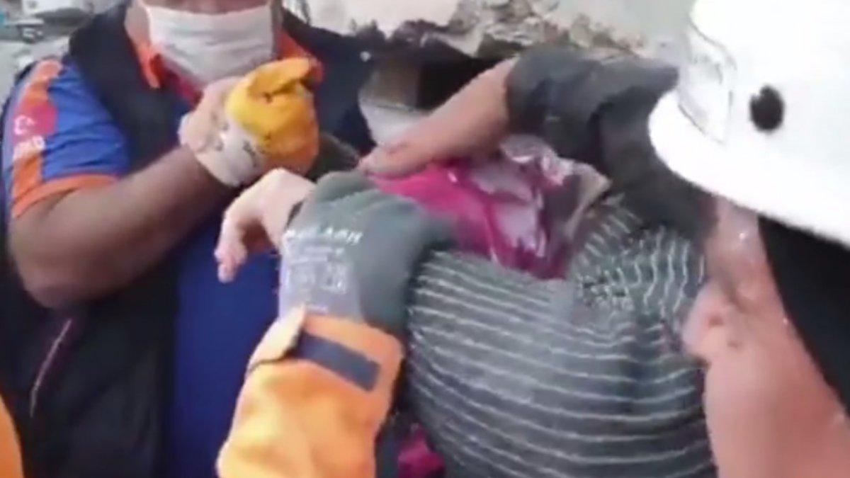 İzmir'de bir kadın enkaz altından yürüyerek çıktı