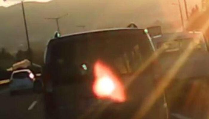 İzmir'de faciadan dönüldü! Atılan şişe, seyir halindeki otomobilin camını patlattı