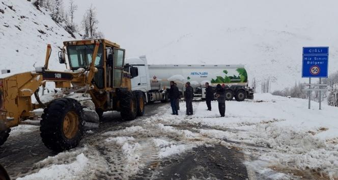 Kar yağdı araçlar yolda mahsur kaldı