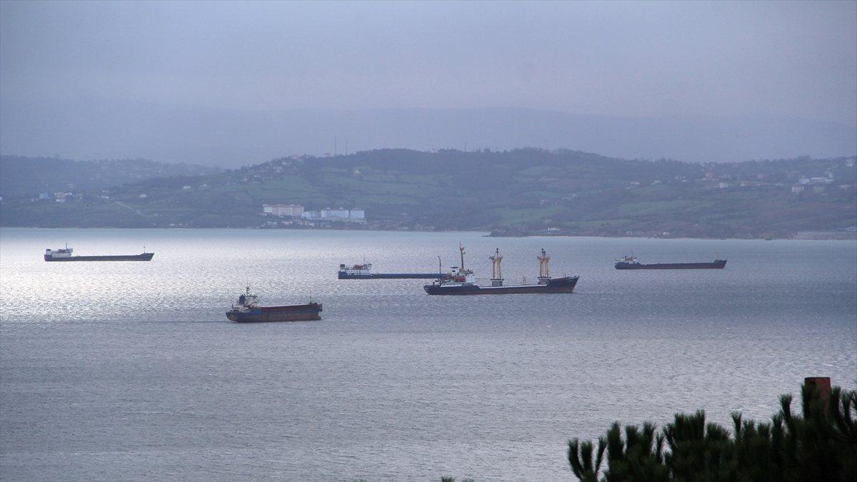 Karadeniz'de gemiler fırtınadan kaçıp Sinop doğal limanına sığındı