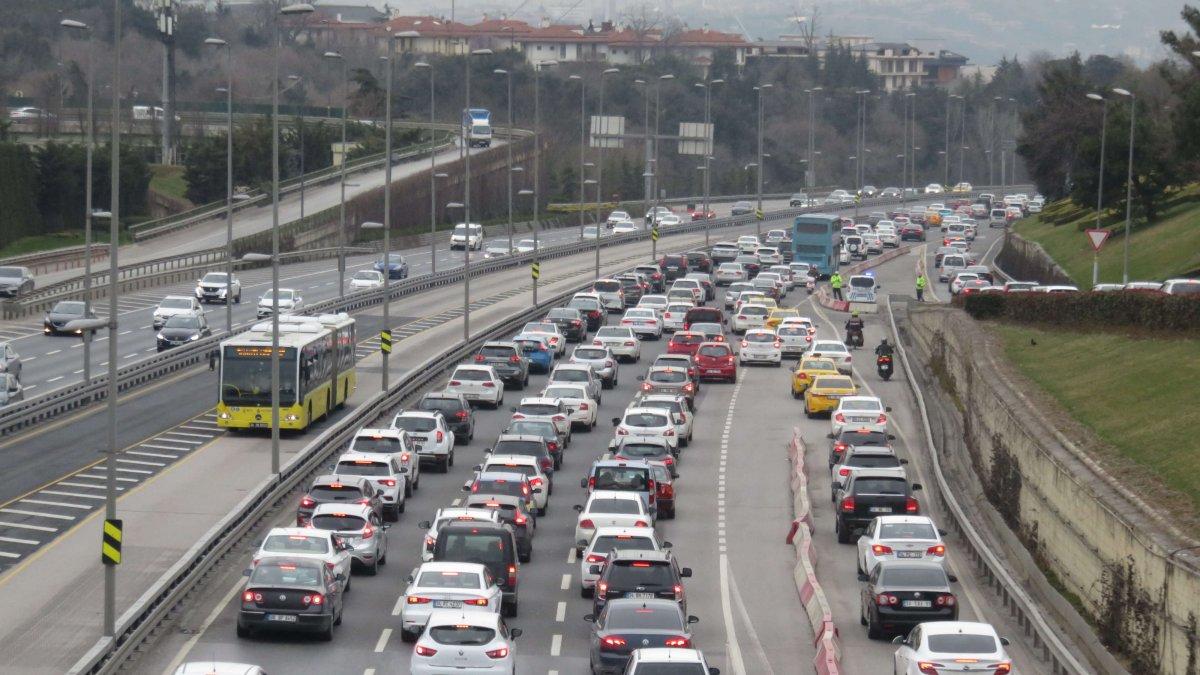 Kısıtlamasız ilk hafta sonunda İstanbul'da yoğun trafik