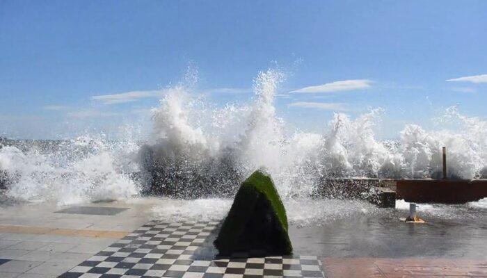 Marmara'da hırçın dalgalar: Dev dalgalar 30 metreye ulaştı