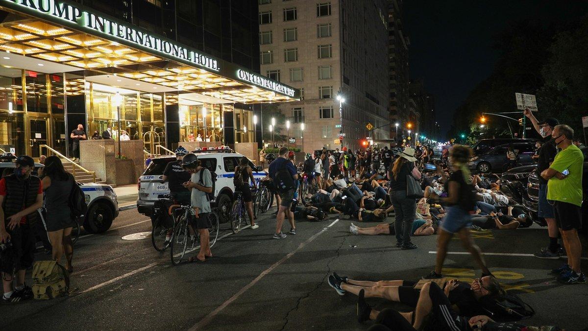 New York'ta Trump karşıtı protesto: Yüzlercesi otel önünde yattı