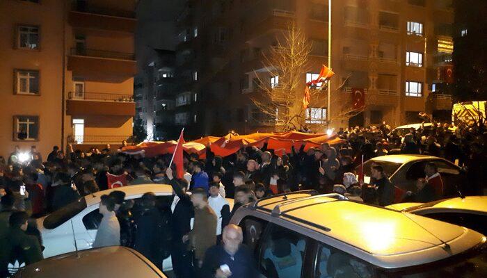 Şehit evinin önünde toplanan binlerce Ankaralı, 'İstiklal Marşı'okudu