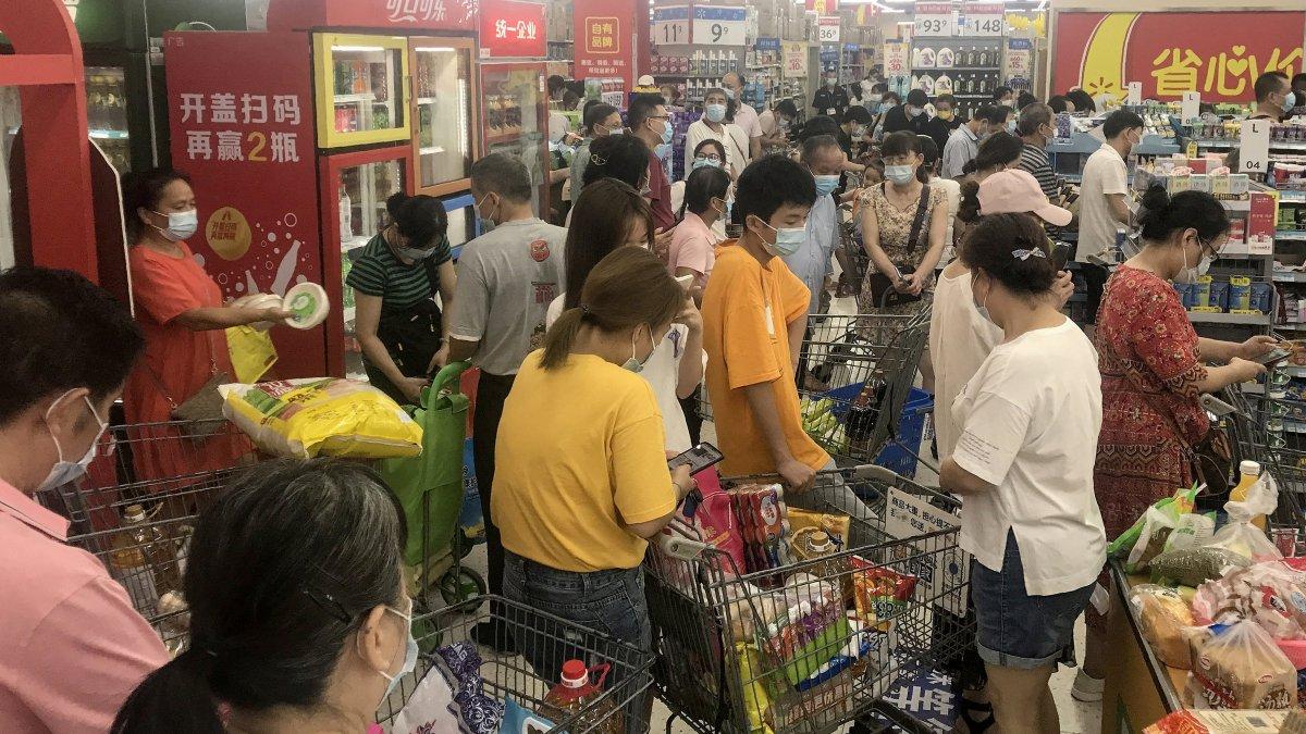 Vuhan'da halk marketlere akın etti