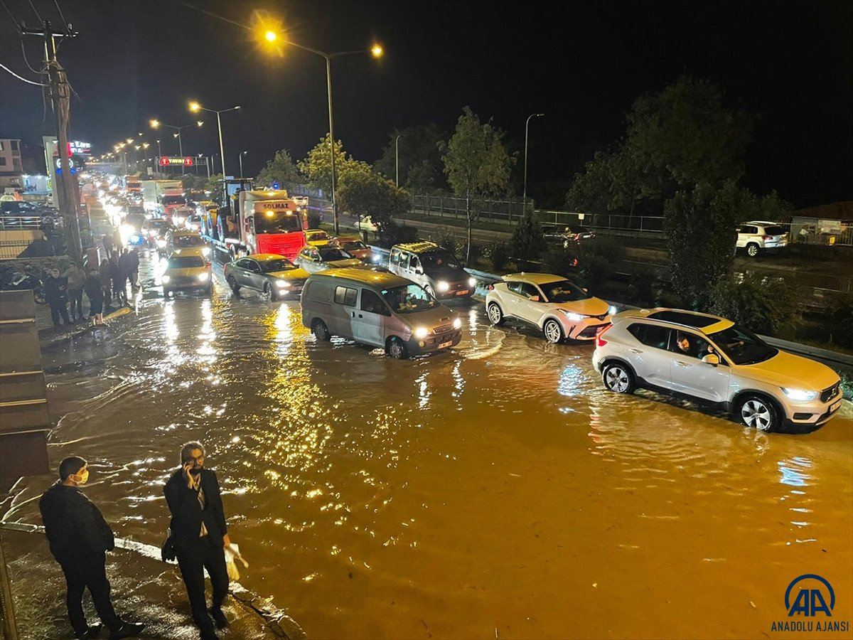 Trabzon da sağanak yağış ulaşımı olumsuz etkiledi #1