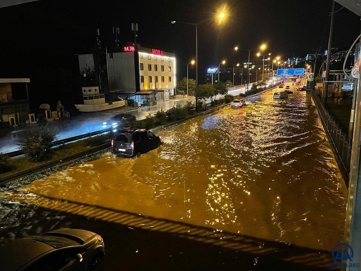 Trabzon da sağanak yağış ulaşımı olumsuz etkiledi #2