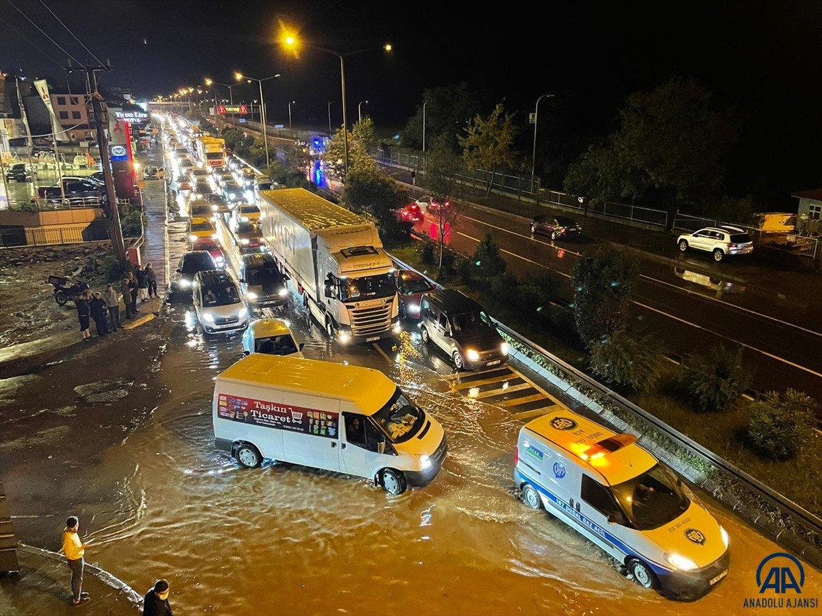 Trabzon da sağanak yağış ulaşımı olumsuz etkiledi #3