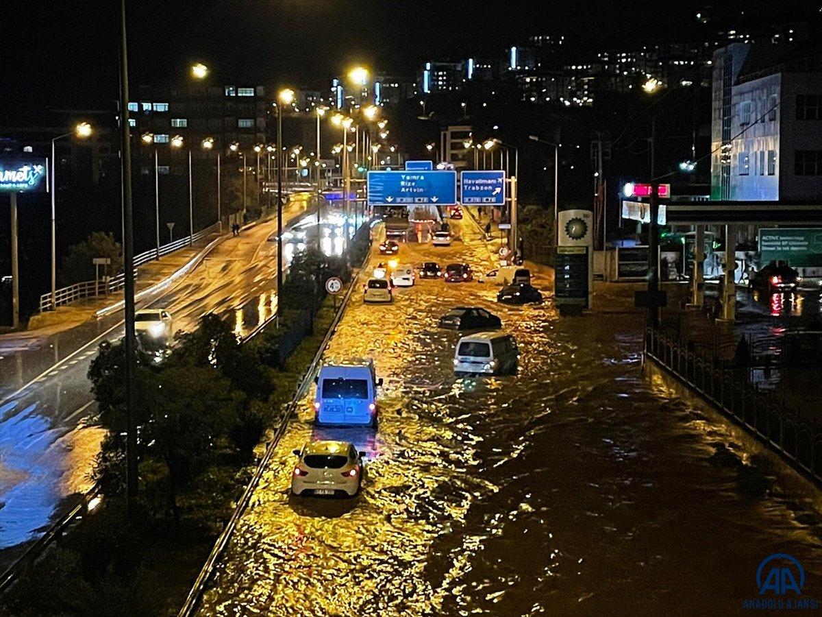 Trabzon da sağanak yağış ulaşımı olumsuz etkiledi #4