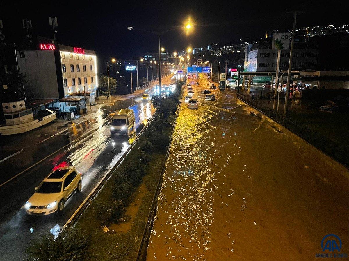 Trabzon da sağanak yağış ulaşımı olumsuz etkiledi #5