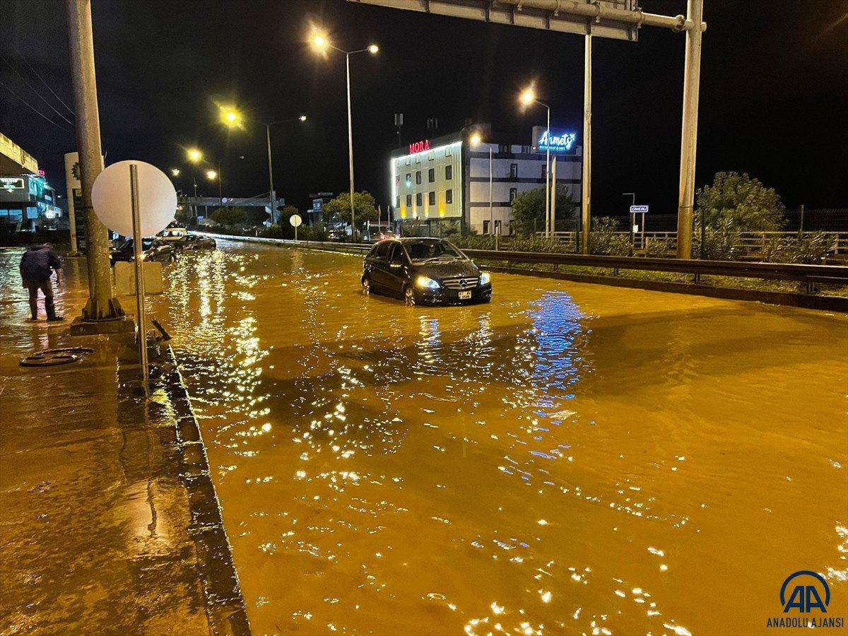 Trabzon da sağanak yağış ulaşımı olumsuz etkiledi #6