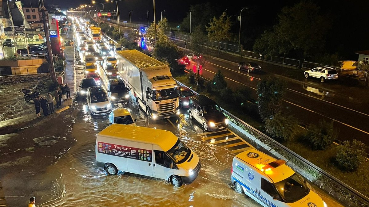 Trabzon'da sağanak yağış ulaşımı olumsuz etkiledi