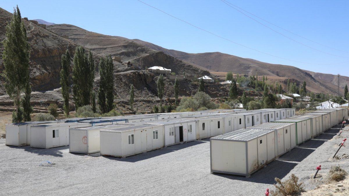 Van'da selin yıktığı mahalleye konteynerler yerleştirildi